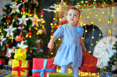 有一件礼物的小女孩在手上 免版税图库摄影