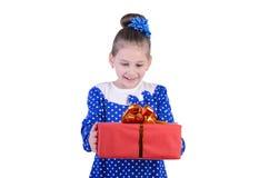 有一件礼物的小女孩在他们的手上 库存照片