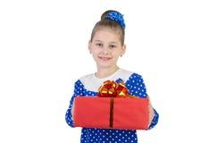 有一件礼物的小女孩在他们的手上 免版税库存图片