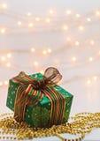 有一件礼物的新年的箱子在背景迷离点燃 图库摄影