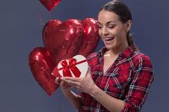 有一件礼物的浪漫少妇为华伦泰` s天 库存照片