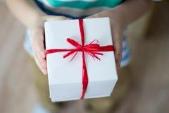 有一件礼物的箱子在孩子的手上 库存图片