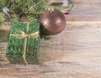 有一件礼物的箱子在树下 免版税库存照片