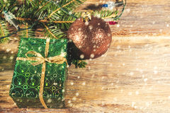 有一件礼物的箱子在树下 库存照片