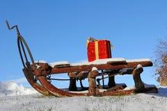 有一件红色礼物的一个圣诞老人雪撬 库存图片