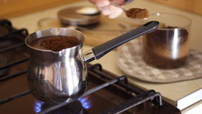 有一件衬衣的人Barista在与一把长的匙子的一个大正方形在图尔库倒很好烤碾碎的咖啡 咖啡煮 股票视频