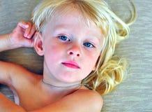 有一头长的金发的小男孩 免版税库存图片