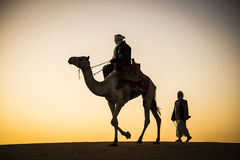 有一头骆驼的人在一片沙漠在苏丹 库存照片