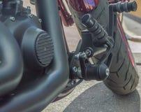 有一kickstand的现代摩托车停放的 库存照片