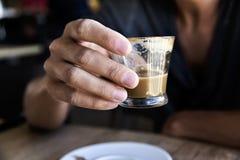 有一macchiato的年轻人在咖啡馆 免版税库存照片