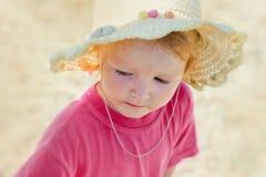 有一sraw的小女孩在海滩 免版税图库摄影