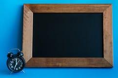 有七个o `时钟的闹钟 库存照片