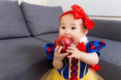 有万圣夜党选矿的亚裔女婴 库存图片