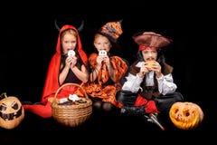 有万圣夜甜点的孩子 免版税库存照片