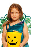 有万圣夜糖果桶的,服装小女孩 免版税库存图片