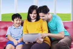 有丈夫和儿子的怀孕的女性 免版税库存图片