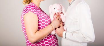 有丈夫和玩具的孕妇 库存图片