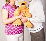 有丈夫和玩具的孕妇 库存照片