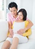 有丈夫的孕妇 库存照片