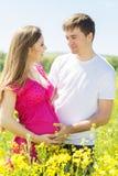 有丈夫的怀孕的女孩自然的 库存图片