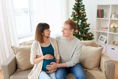 有丈夫的怀孕的妻子在家圣诞节的 库存照片