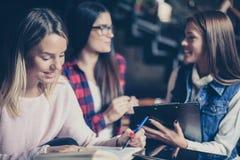 有三三个的女学生教育一起 免版税库存照片