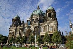 有三个可爱的铜绿圆顶的柏林主教座堂 免版税库存图片