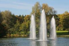 有三个喷泉的池塘 免版税库存图片