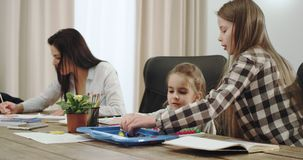 有三个孩子和一起花费时间的一个美丽的成熟母亲的一大家庭在大厨房用桌上 股票视频