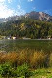 有三个峰顶的Misurina湖 库存照片