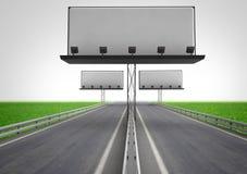 有三个广告牌建筑的高速公路 免版税库存照片