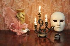 有三个熔化的蜡烛的古色古香的大烛台在一老wallpape 免版税库存图片