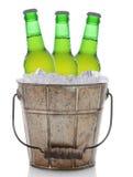 有三个瓶的古板的啤酒桶 库存图片
