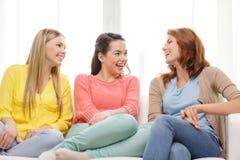 有三个的女朋友谈话在家 免版税库存图片