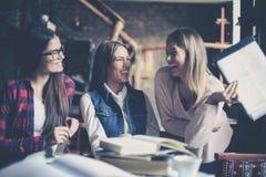有三个的最好的朋友一起散布和滑稽的conversati 库存照片