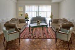 有三个长沙发的,两把扶手椅子豪华现代客厅 免版税库存图片