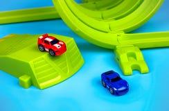 有三倍圈特技的两辆纳诺速度微汽车在蓝色bac设置了 库存图片
