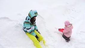 有三岁小孩女儿戏剧雪球的妈妈 股票视频