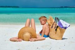 有三岁的男孩的妇女海滩的 免版税库存图片