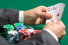 有三张相同和二张相同的牌的赌客现有量的 免版税库存照片