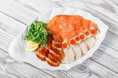 有三文鱼切片的,烟鲟鱼,鹌鹑蛋wi海鲜盛肉盘 库存照片