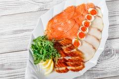 有三文鱼切片的,烟鲟鱼,鹌鹑蛋wi海鲜盛肉盘 免版税库存照片