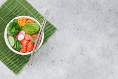 有三文鱼和菜的捅碗 免版税库存图片