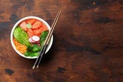 有三文鱼和菜的捅碗 免版税库存照片