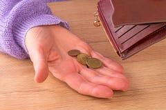 有三枚硬币的妇女 库存图片