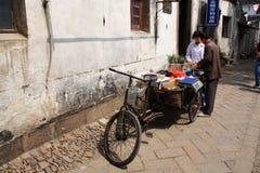 有三轮车的果子商店在苏州老镇,旅行在苏州C 免版税库存图片