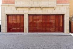有三辆汽车车库的传统房子 免版税图库摄影