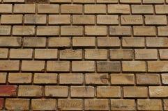 有上个世纪- Baile Herculane的题字的砖墙 免版税库存图片