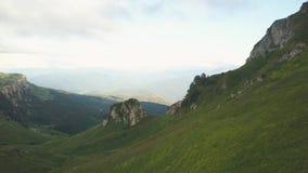 有上升在从飞行寄生虫的绿色山景的背包的远足者 影视素材