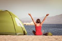 有上升的旅客女孩递享受在海和moun的看法 图库摄影